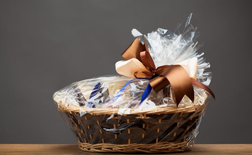 Giv en gavekurv med lækkerier plus lidt ekstra – fx et gavekort til nytårsmad